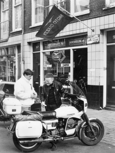Ed Pols in front of his store in the van der Hoopstraat