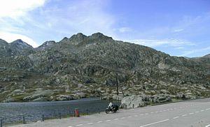 onwerelds landschap op de Gotthardpass