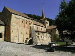 de Romaanse kerk in Romainmôtier
