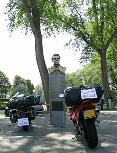 LM 111, monument Van Dale, Sluis